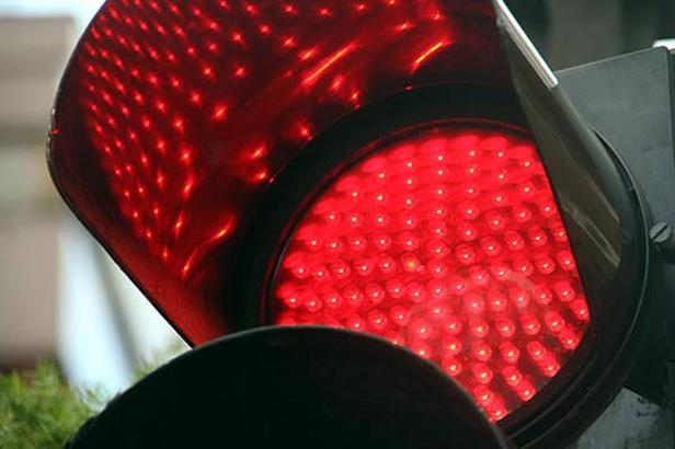 Quitarán el Registro por cruzar el semáforo en rojo