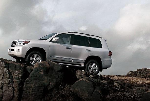 Toyota Land Cruiser cruzando un rio…