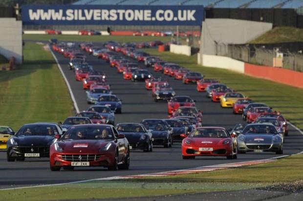 Ferrari reunió 964 autos en el desfile mas grande del mundo de la marca