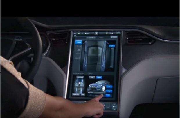 Tesla S con Pantalla de 17 Pulgadas en Video