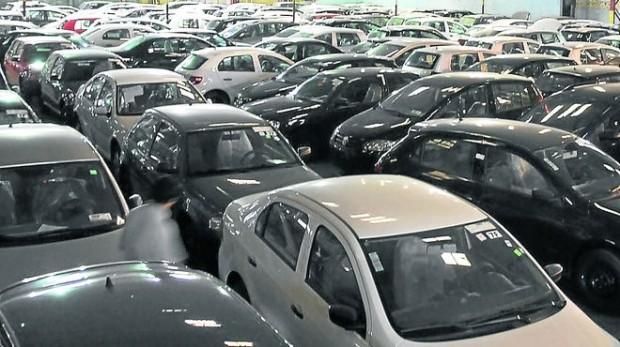 El gobierno incrementó el piso del impuesto a los autos de alta gama